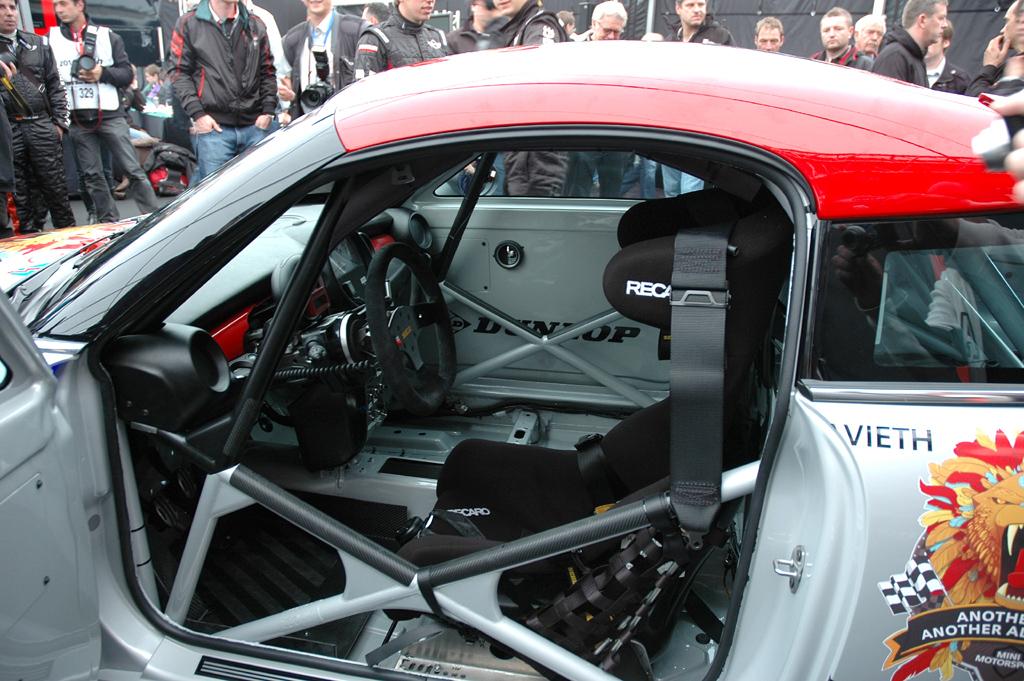 Mini Coupé: Der Überrollkäfig des Rennfahrzeugs ist mit der Karosserie verschweißt.