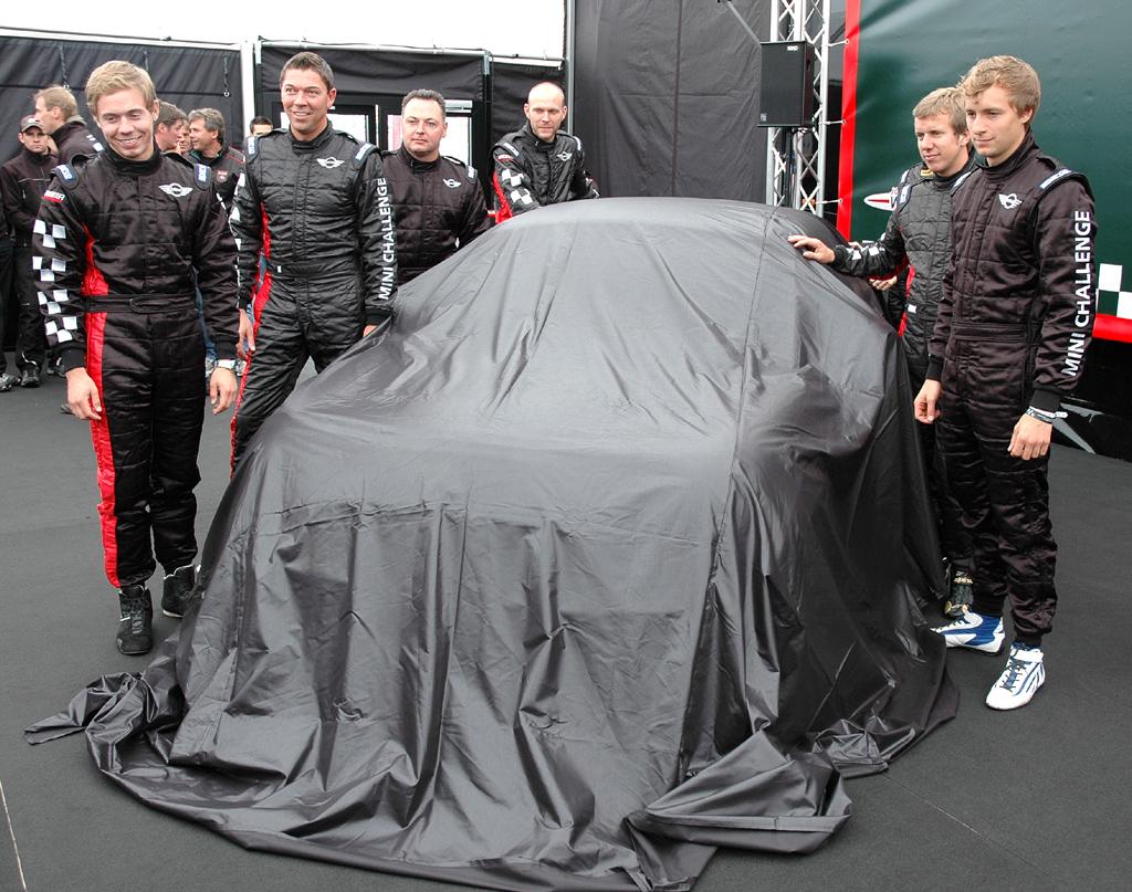 Mini Coupé: Vor der Enthüllung des Rennfahrzeugs auf dem Nürburgring.
