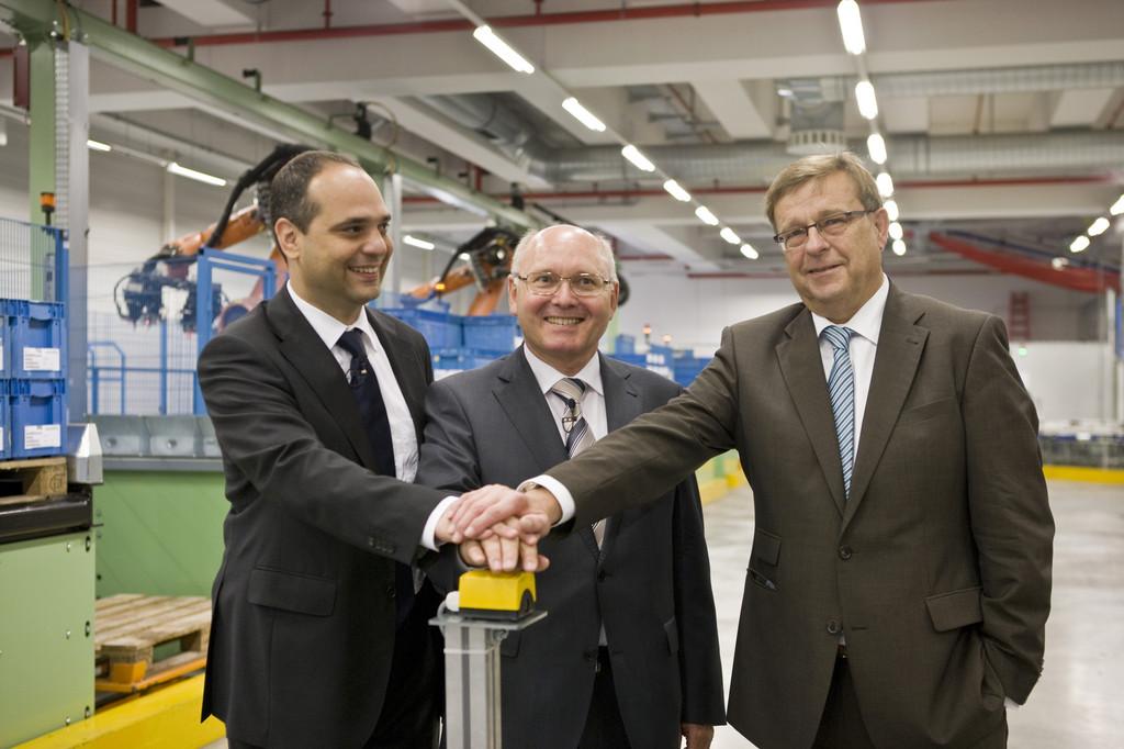 Nahmen das AKL in Betrieb (von links): Werkleiter Yaris Pürsün, Rudolf Burkart (Leiter Lieferantenmanagement) und Wörths Bürgermeister Harald Seiter.