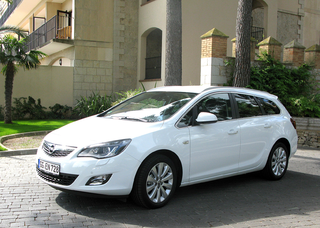 Opel Astra Sports Tourer: Der formschöne Kombi ist die nutzwertigere Variante ...