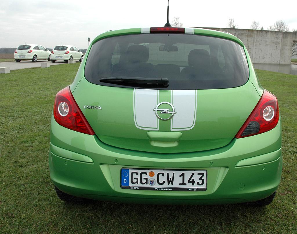 Opel Corsa: ... mit langen schwarzen oder in diesem Fall weißen Streifen erweitert worden.