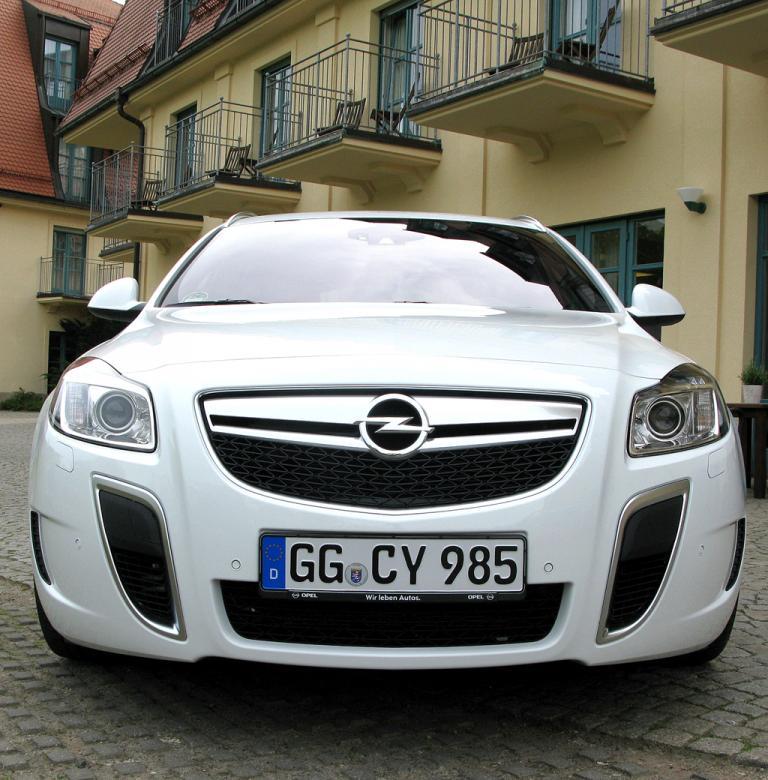 Opel Insignia OPC: ... 270 Stundenkilometern Höchstgeschwindigkeit treibt den Sportler an.