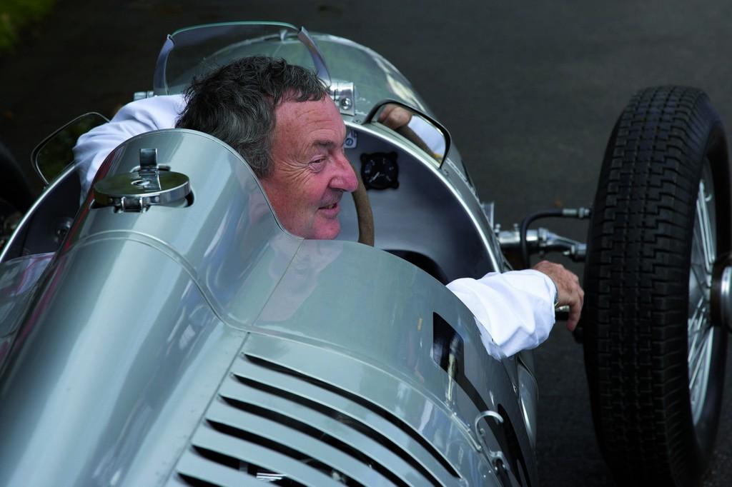 Pink Floyd-Drummer Nick Mason lenkt zum fünften Mal in Folge einen Silberpfeil der Auto Union in Goodwood – dieses Jahr den legendären Typ C von 1936.