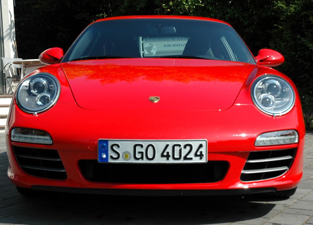 Porsche 911 Carrera 4S Coupé: Blick auf die breite Front des Sportwagens.