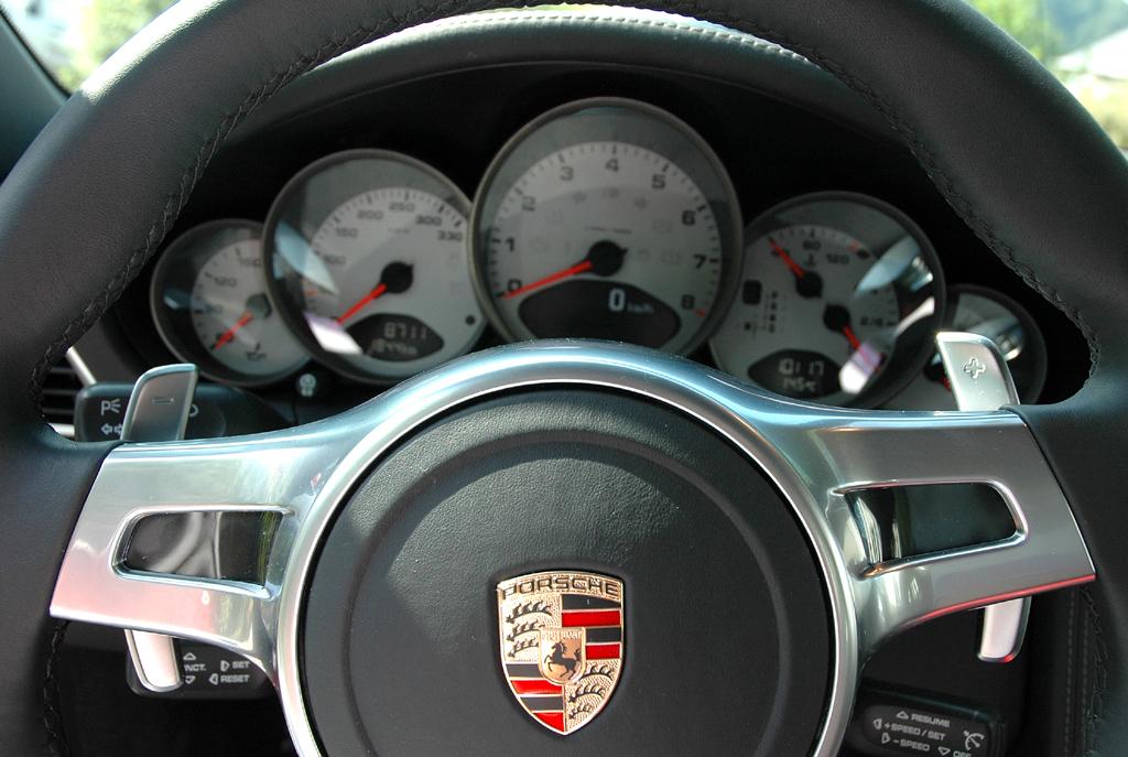 Porsche 911 Carrera 4S Coupé: Blick durch den Lenkradkranz auf die Rundinstrumentierung.