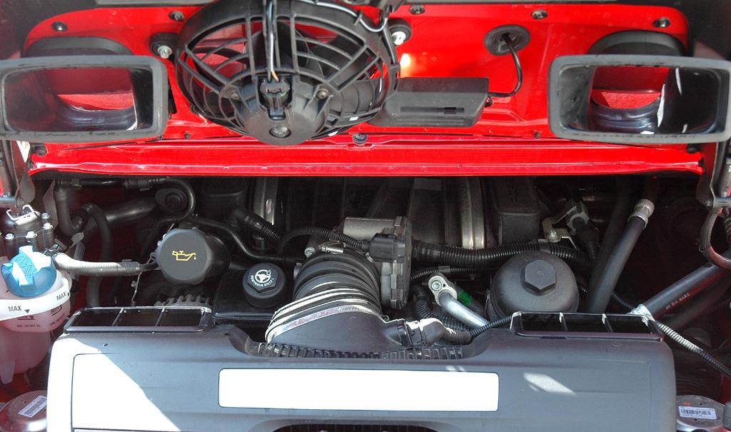 Porsche 911 Carrera 4S Coupé: Blick unter die Haube des 3,8-Liter-Benziners im Heck.