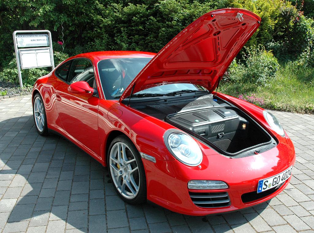 Porsche 911 Carrera 4S Coupé: Das Gepäckabteil vorn fasst lediglich 105 Liter.