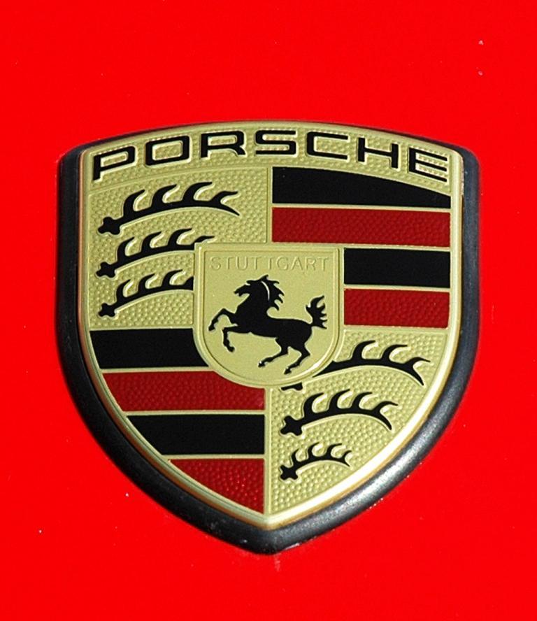 Porsche 911 Carrera 4S Coupé: Das Markenlogo sitzt vorn auf der Kofferraumklappe.