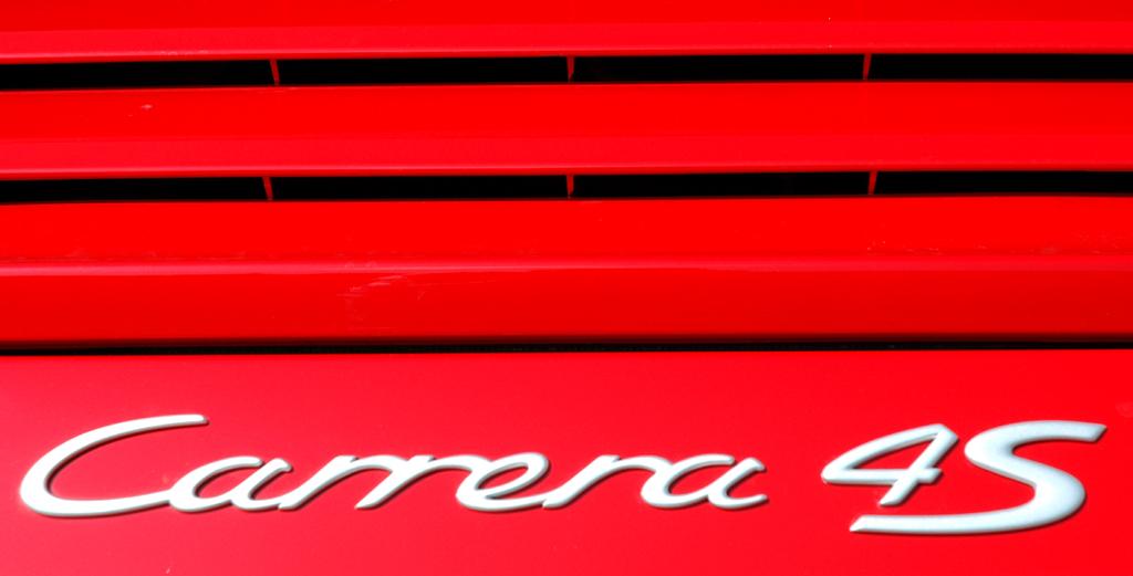 Porsche 911 Carrera 4S Coupé: Modellschriftzug auf der kleinen Motorhaube am Heck.
