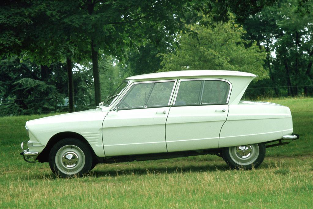 Schräger Autofreund: Markenzeichen des ab 1961 gebauten Citroen Ami6 ist das Glashaus mit dem weit nach hinten ausgestellten Dach.