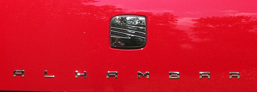 Seat Alhambra: Das Markenlogo dient hinten zugleich als Griff für die Kofferraumtür.
