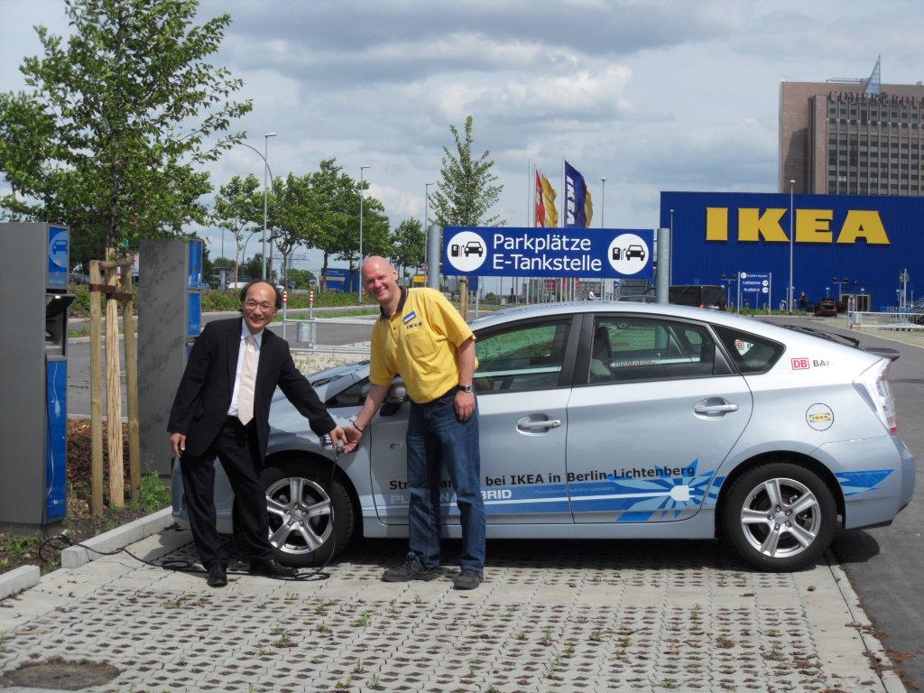 Toyota übergibt Ikea zwei Prius Plug-in