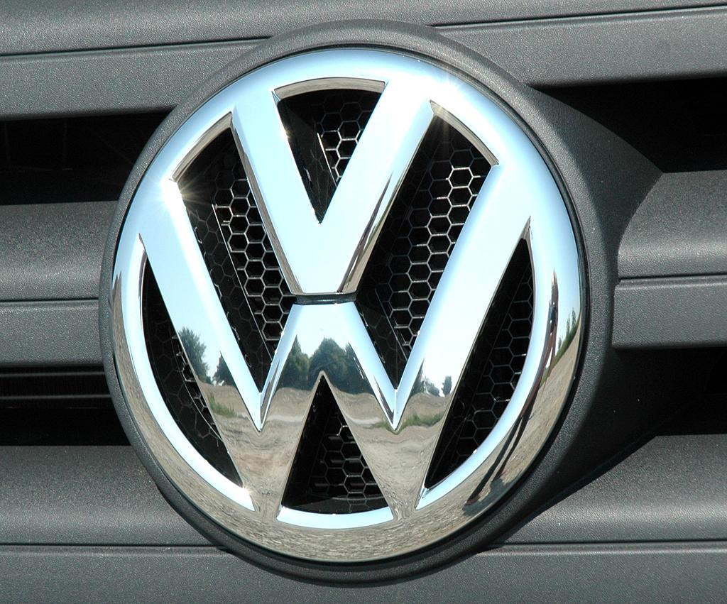 VW Crafter: Das Markenlogo prangt vorn groß im Kühlergrill.