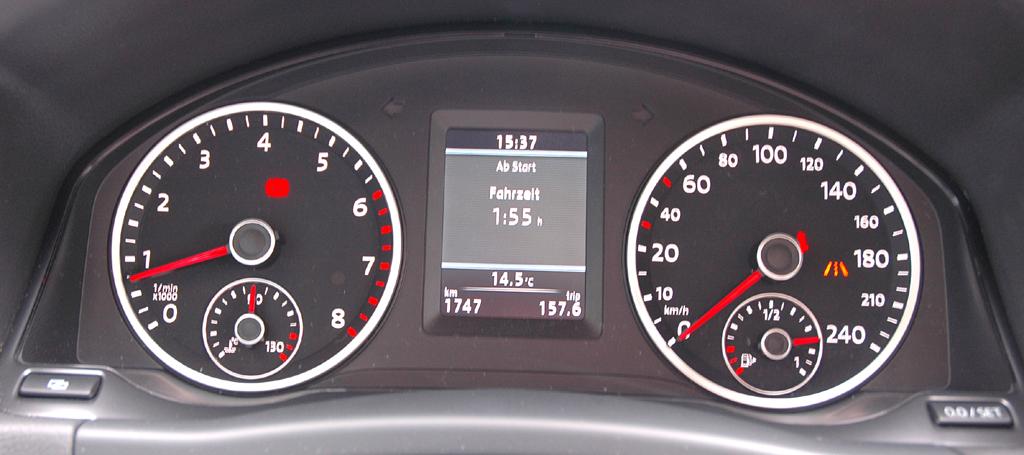 VW Tiguan: Blick durch den Lenkradkranz auf die Rundinstrumentierung.