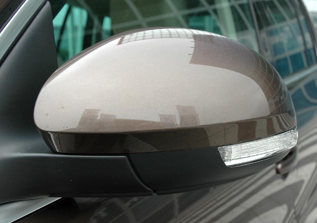 VW Tiguan: In die Außenspiegel sind Blinkerleisten integriert.