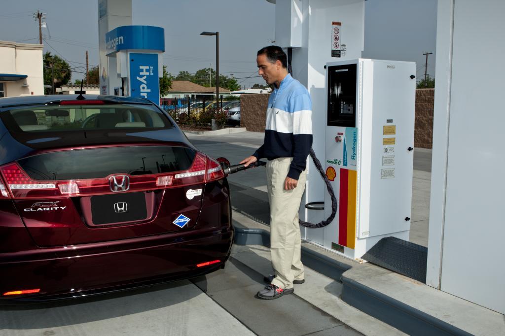 Wasserstofftankstelle mit Honda FCX Clarity eingeweiht.