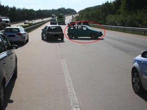 (Gemein)Gefährlich - Frau parkt auf der Mittelspur der Autobahn