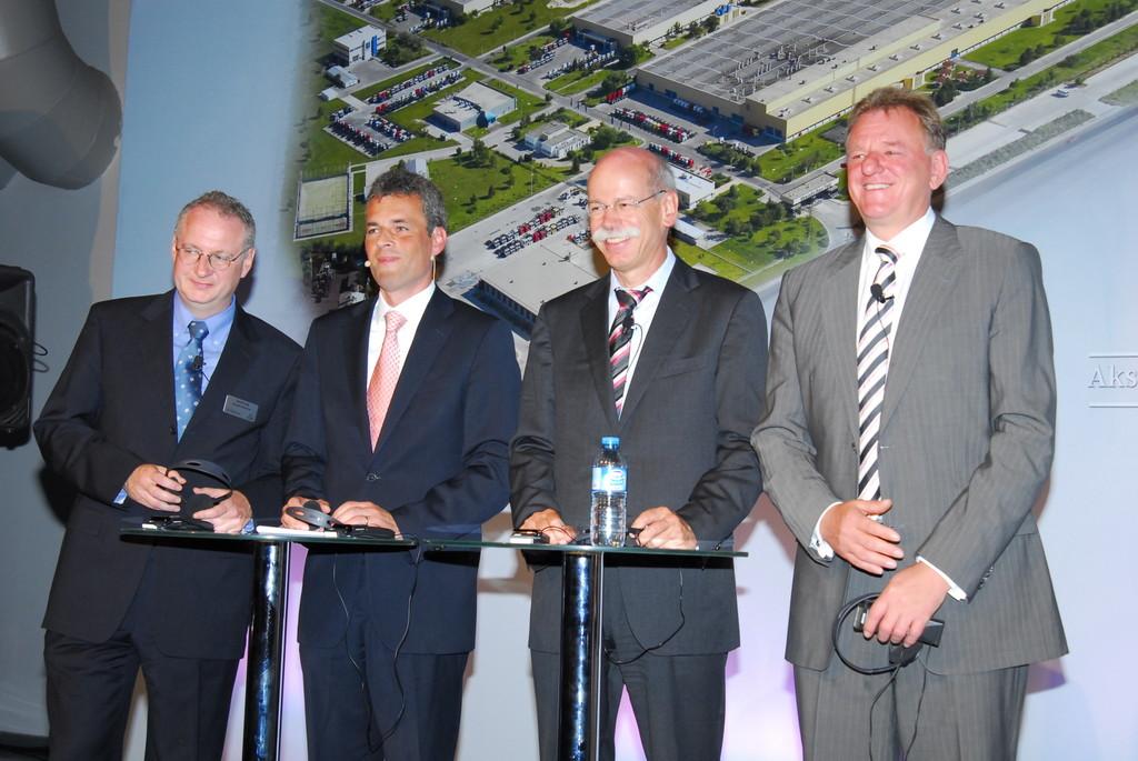 25 Jahre Mercedes-Benz-Werk Aksaray (v.l.): Werkleiter Gerald Jank, Wolf-Dieter Kurz (Präsident und CEO der Mercedes-Benz Türk), Daimler-Chef Dr. Dieter Zetsche und Andreas Renschler, verantwortlich für Daimler Trucks and Buses.