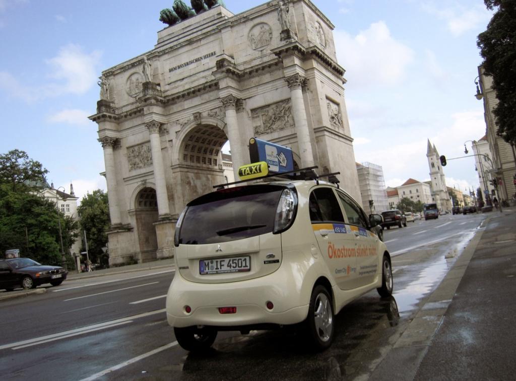 Am Steuer des Stromers sitzt Christian Hess, Geschäftsführer der Taxizentrale IsarFunk.