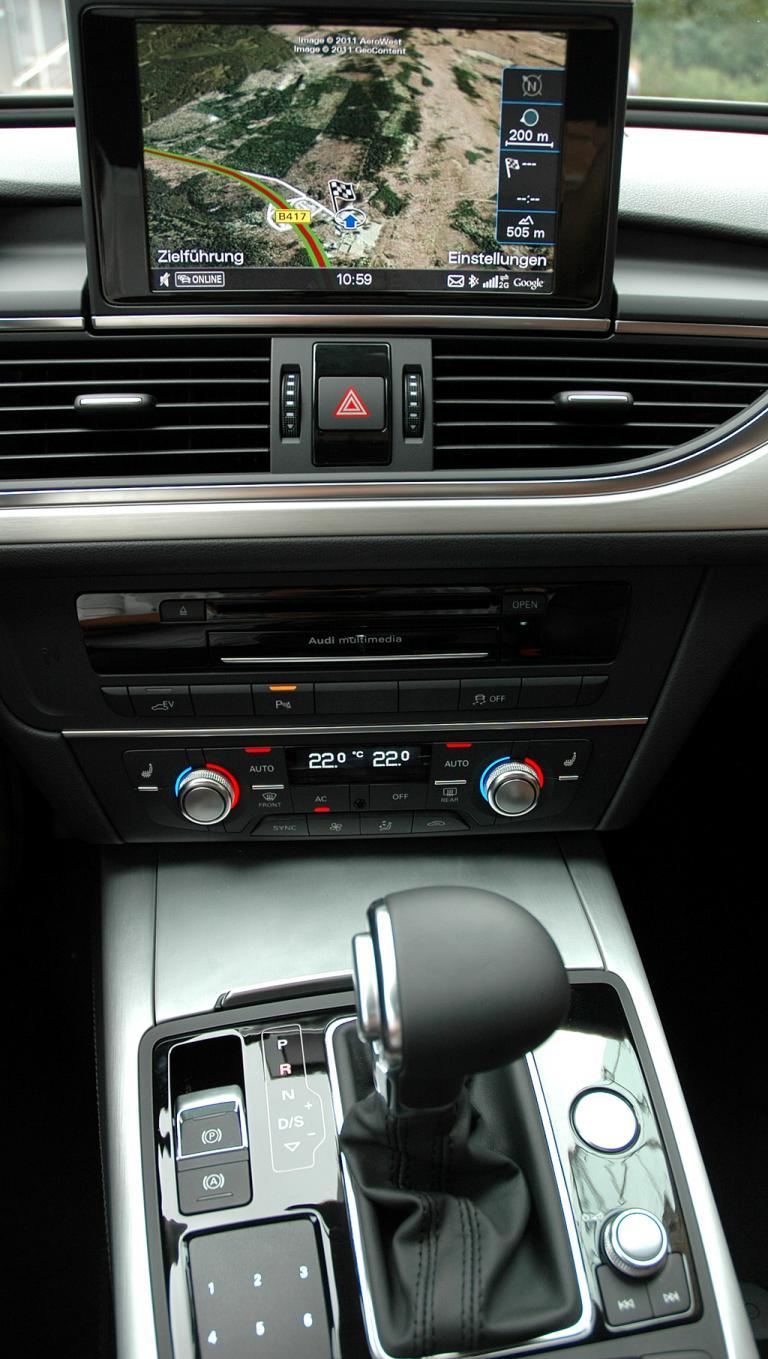 Audi A6 Hybrid: Blick auf den mittleren Armaturenträger mit Automatikwählhebel vorn.