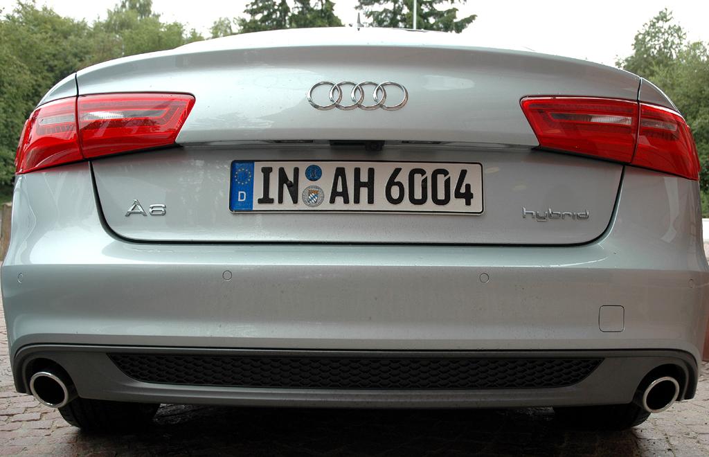 Audi A6 Hybrid: Blick auf die Heckpartie mit den beiden seitlichen Auspuffendrohren unten.