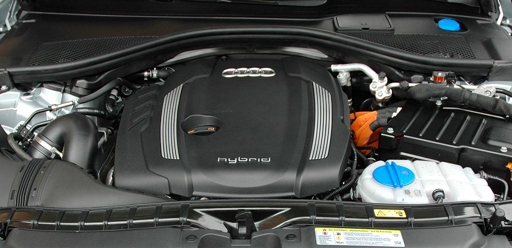 Audi A6 Hybrid: Blick unter die Haube auf den aufgeladenen 2,0-Liter-Benziner mit 211 PS.