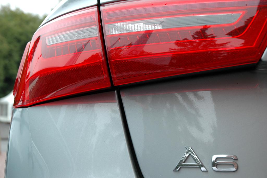 Audi A6 Hybrid: Moderne Leuchteinheit hinten mit Modellschriftzug.