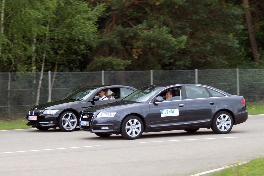 Auf der Teststrecke am Baden Airpark ist kein Platz für Vorurteile: Im Sprintduell gegenüber stehen sich ein kompressorbeatmeter Audi A6 3,0-Liter-TFSI und ein BMW 335i mit doppeltem Turbolader. Am Start sind beide Autos noch gleich auf.