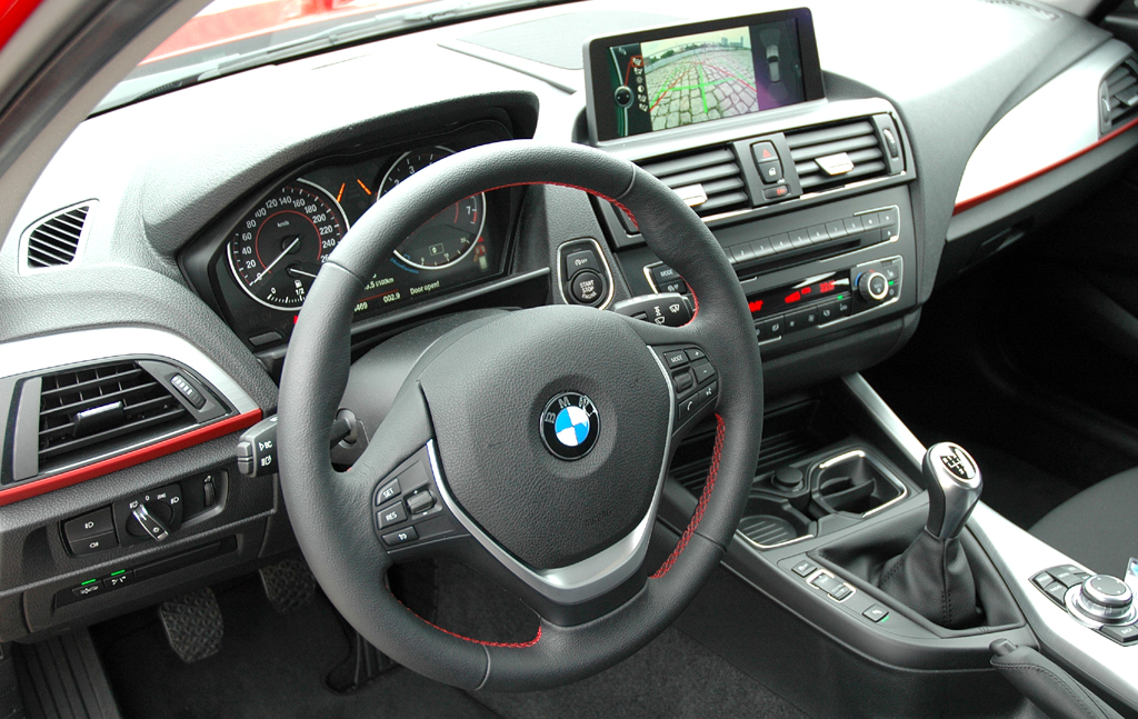 BMW 1er: Blick ins sportlich-funktionelle Cockpit des Premium-Kompaktmodells.