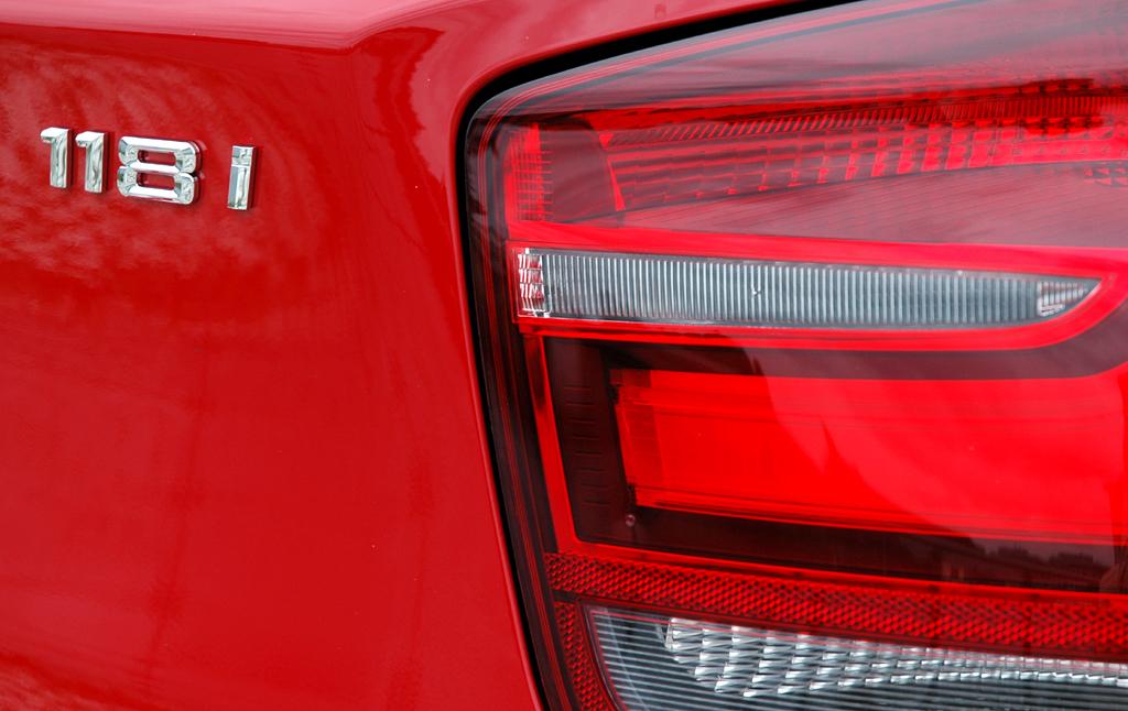 BMW 1er: Moderne Leuchteinheit hinten mit Modellschriftzug.