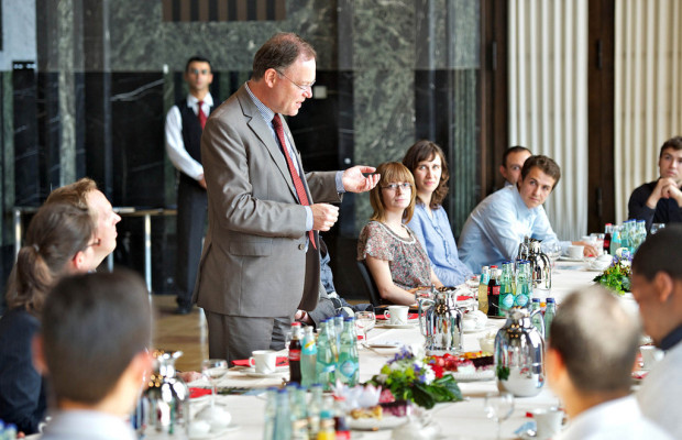 Continental-Trainees besuchen Hannovers Oberbürgermeister Weil im Rathaus