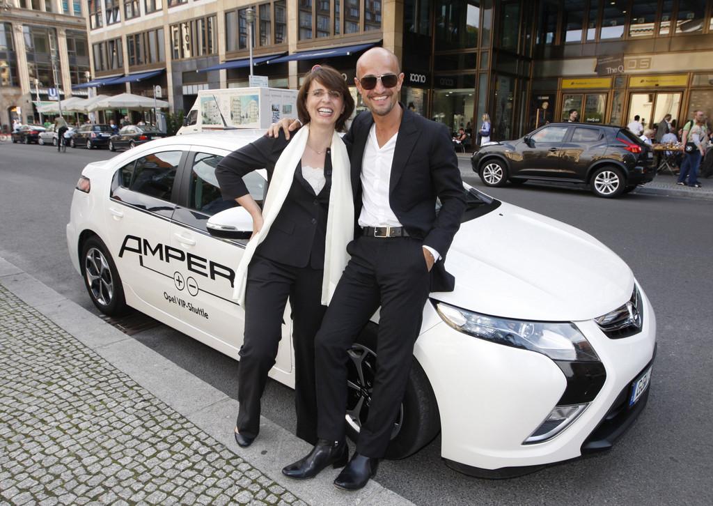 Das Classic Open Air Festival wird schon seit vielen Jahren von Opel unterstützt. Opel hatte im Vorfeld viel Prominenz zu einem Empfang geladen. Opel-Verkaufschefin Imelda Labbé präsentierte dabei Peyman Amin den neuen Opel Ampera.