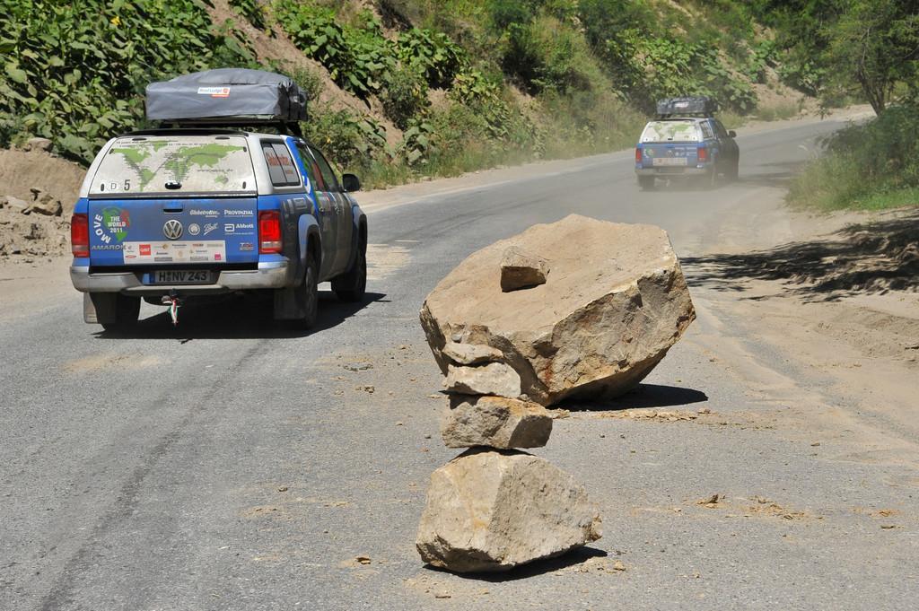 Das Expeditionsteam von Joachim Franz kann einem Steinschlag in Kolumbien gerade noch ausweichen.