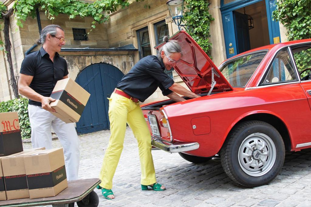 Das Fassungsvermögen des Kofferraums wird mit Wein vom Weingut Müller-Catoir überprüft