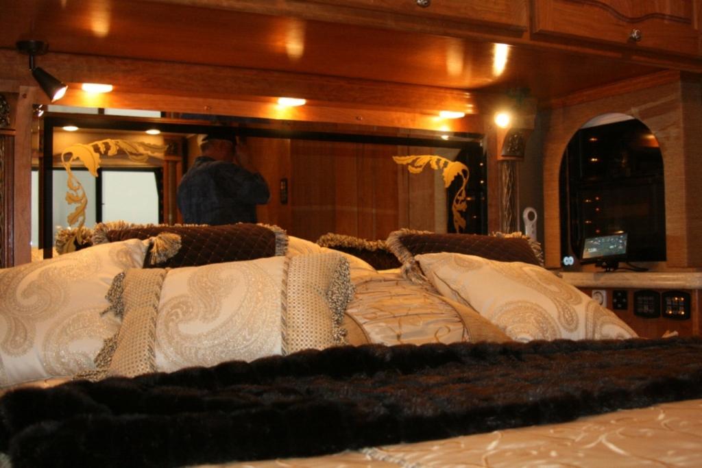 Das Riesenbett mit Taft und Tüll.