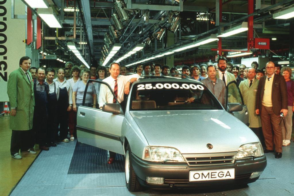 Der 25 millionste Opel, ein Omega A läuft 1989 in Ruesselsheim vom Band