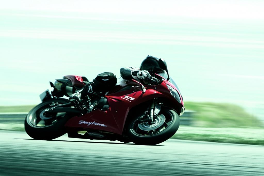 Der 675 ccm große Reihendreier der Daytona leistet potente 92 kW/125 PS Leistung bei 12 600 Umdrehungen.