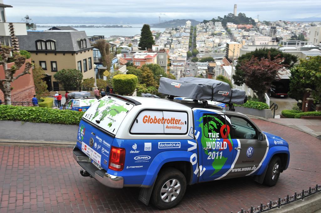 Der Amarok auf Talfahrt in der Lombard Street in San Francisco, USA.