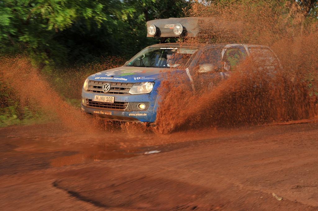 Der Amarok wühlt sich durch den afrikanischen Schlamm in Benin.