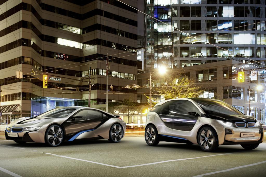 Die BMW-Elektroautos i8 (links) und i3 (rechts)sollen eine Reichweite von knapp 150 Kilometern haben.