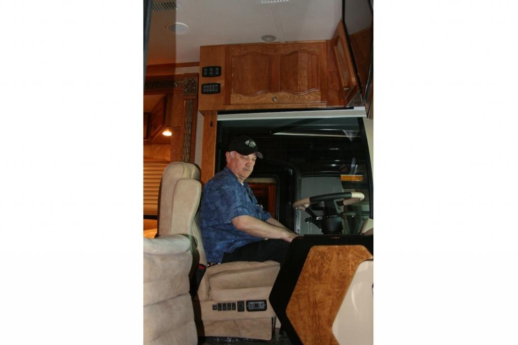 Die Fahrersitze sind mehrfach verstellbare Plüschsessel.