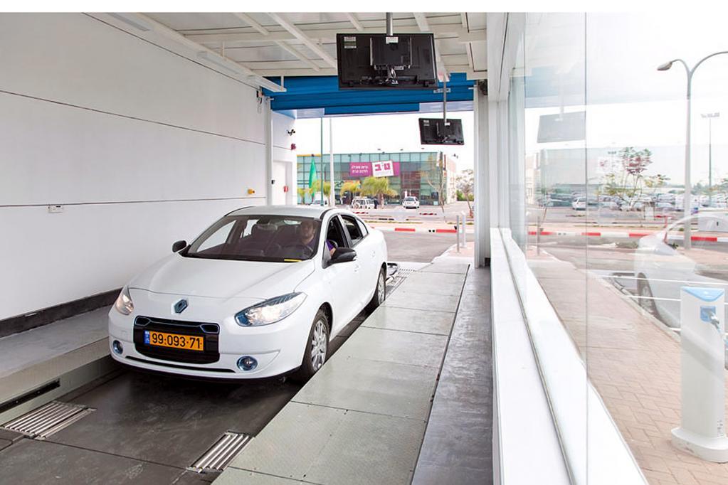 Die Station erinnert ein wenig an eine Waschstraße. Den Akku-Austausch übernehmen Roboter, der E-Autofahrer bleibt im Wagen sitzen.