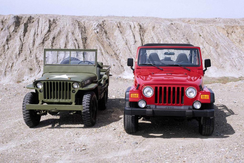 Ganz der Vater: Der moderne Wrangler gilt als legitimer Nachfolger der ersten Jeep-Generation. Zu erkennen ist die Verwandtschaft vor allem an der markanten Frontpartie.
