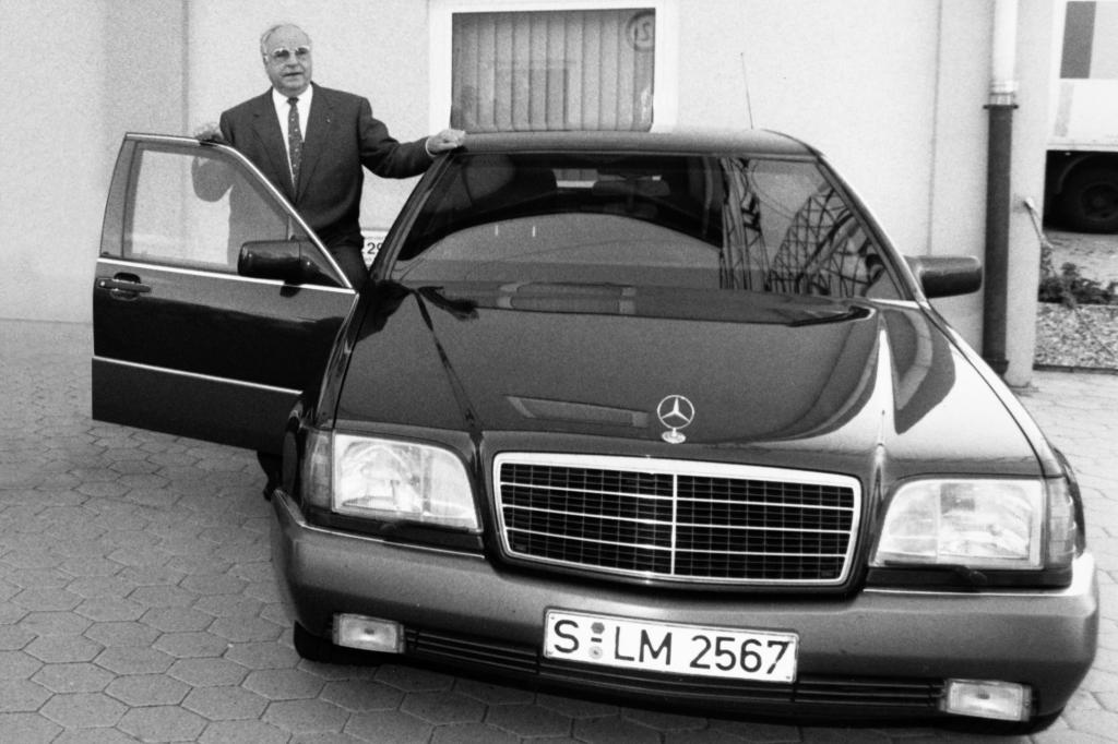Helmut Kohl neben seinem gepanzerten Dienstwagen