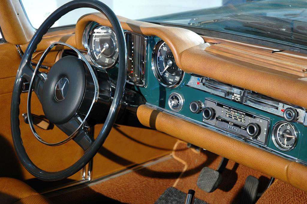Im Mercedes 280 SL: Bloß Radio zur Information und Unterhaltung.