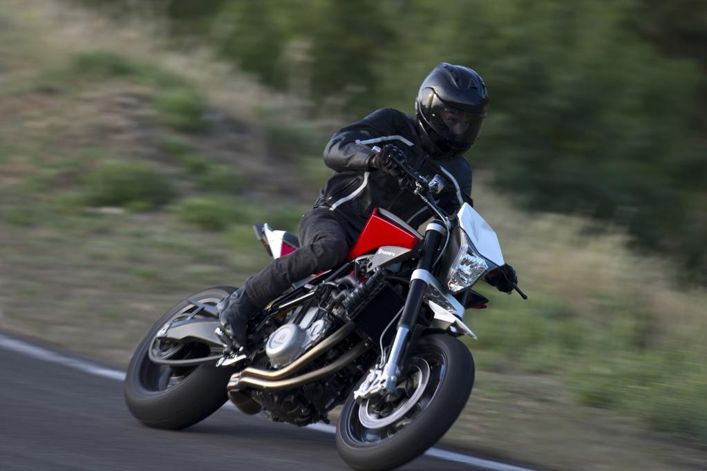 Irgendwo zwischen Supermoto und Naked Bike kann die Husqvarna Nuda 900 R angesiedelt werden.