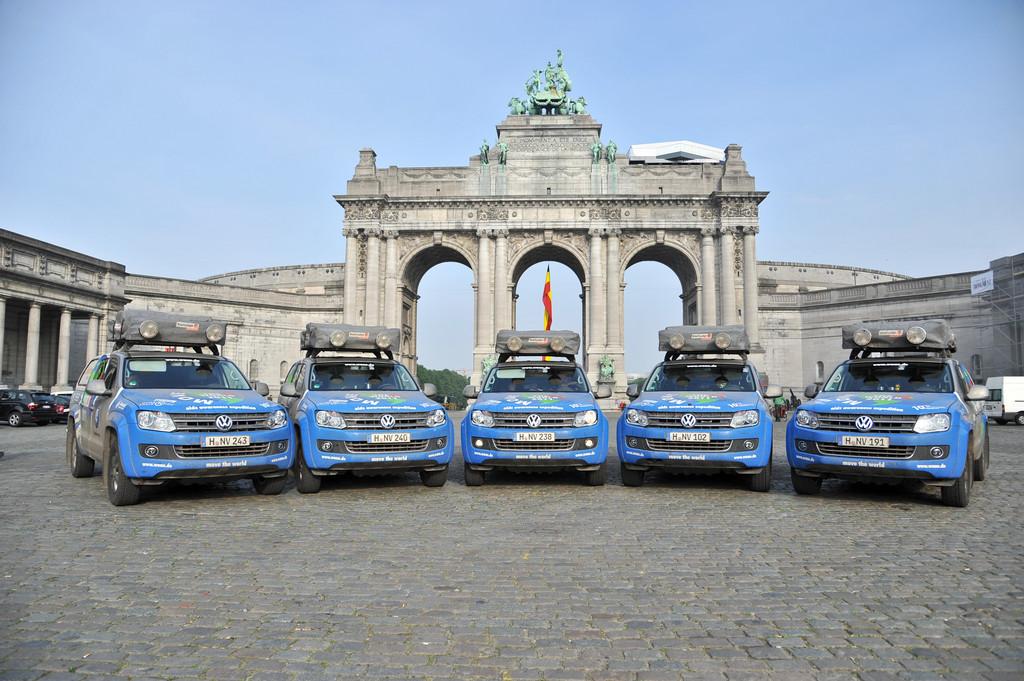 Joachim Franz und die Amarok-Fahrzeugflotte am Triumphbogen im Jubelpark, Brüssel.