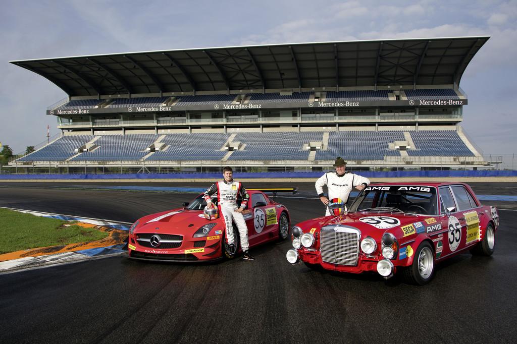 Kenneth Heyer unterwegs auf den Spuren seines Vaters Hans Heyer: SLS AMG GT3 im Look des legendären Mercedes-Benz 300 SEL 6.8 AMG.