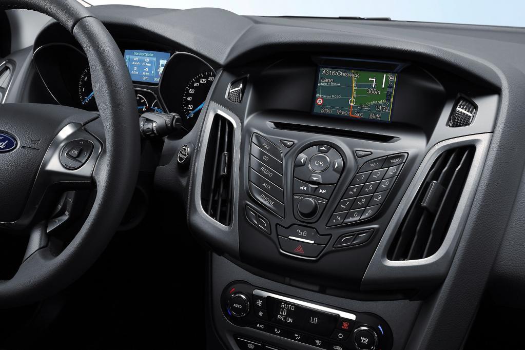 Kollege Bordcomputer hilft beim Spritsparen. Im neuen Ford Focus kann sich der Fahrer aktiv bei der Wahl der ökologisch besten Strecke helfen lassen, ohne dabei zu viel Zeit zu vertrödeln.