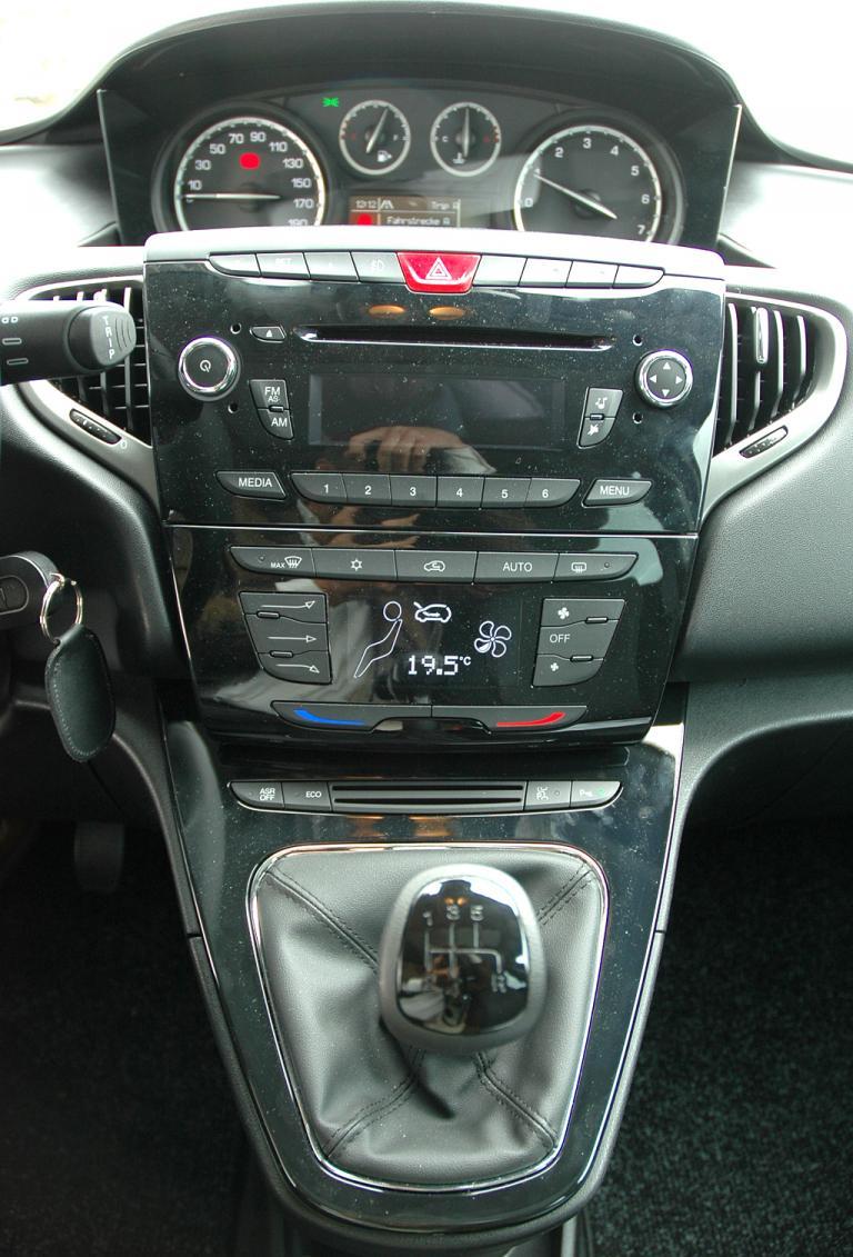 Lancia Ypsilon: Blick auf den mittleren Armaturenträger, wo sich fast alles konzentriert.